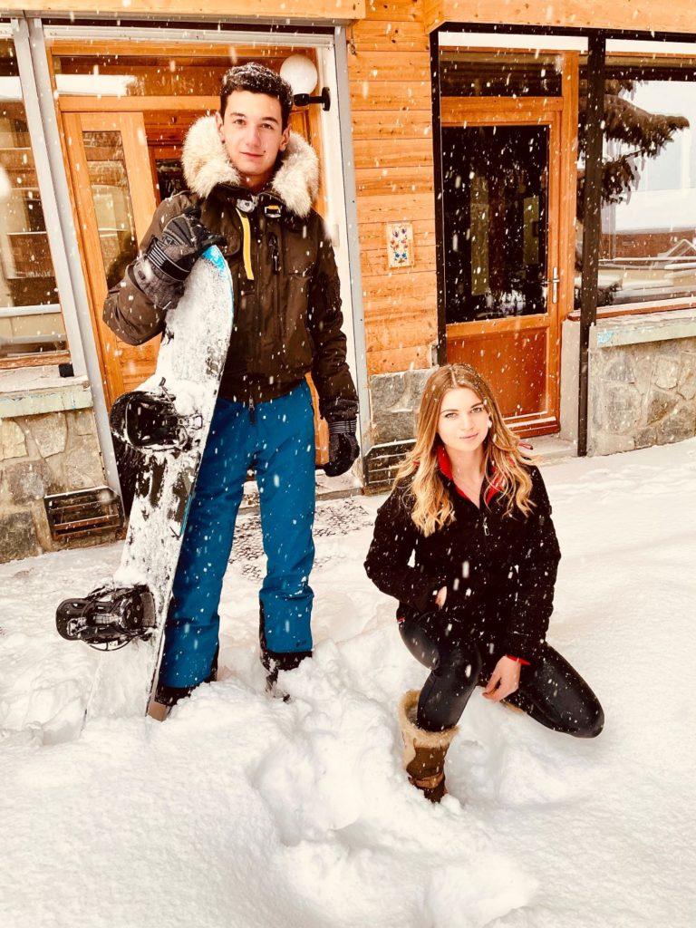Axel et Amandine Taveau devant l'appartement Alpe à l'alpe d'Huez, profitant d'une journée enseignée!