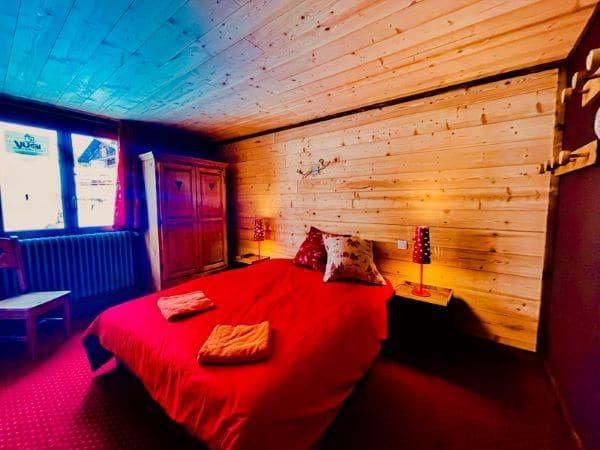 Chambre 1, avec 1 grand 160 et une sale d'eau de l'appartement Alpe à l'Alpe d'Huez au pied des pistes