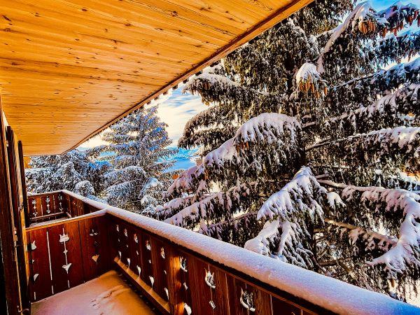 Balcone, offrendo la vista sugli abeti di l'appartamento Alpe d'Huez al 1 ° piano, vicino alle piste e il centro della località. Il balcone offre 4 aperture, 2 sul soggiorno e 2 in 2 camere da letto.