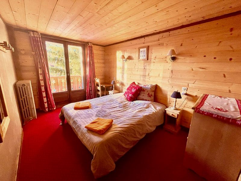 La chambre 3 donnant sur le balcon, avec un grand lit 160 et une salle d'eau de l'appartement Alpe à l'Alpe d'Huez au cœur de la station