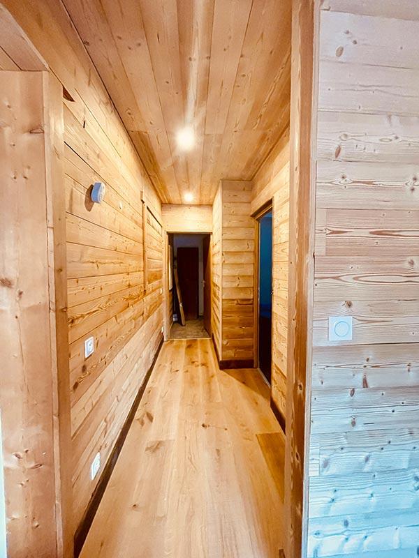 Holzkorridor der l'Huez-Wohnung in l'Alpe d'Huez 1850 M in der Nähe d'eines Aufzugs