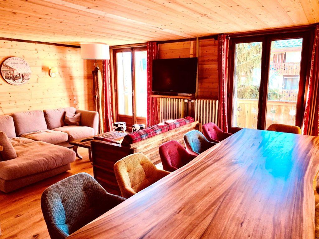 Belle table de salle à manger pouvant accueillir 12 personnes, très ensoleillé donnant sur un balcon de l'appartement Alpe à l'Alpe d'Huez au 1er étage, proche des pistes et du centre bourg de la station