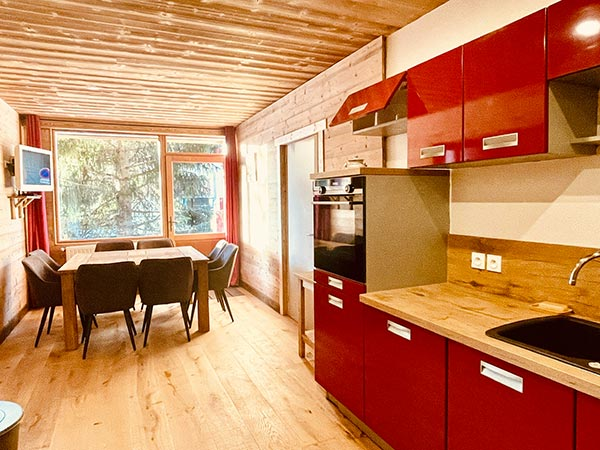 Muy bonita sala de estar de madera típica de la montaña, muy brillante de l'appartement Huez en l'Alpe d'Huez 1850 M en el corazón de la estación