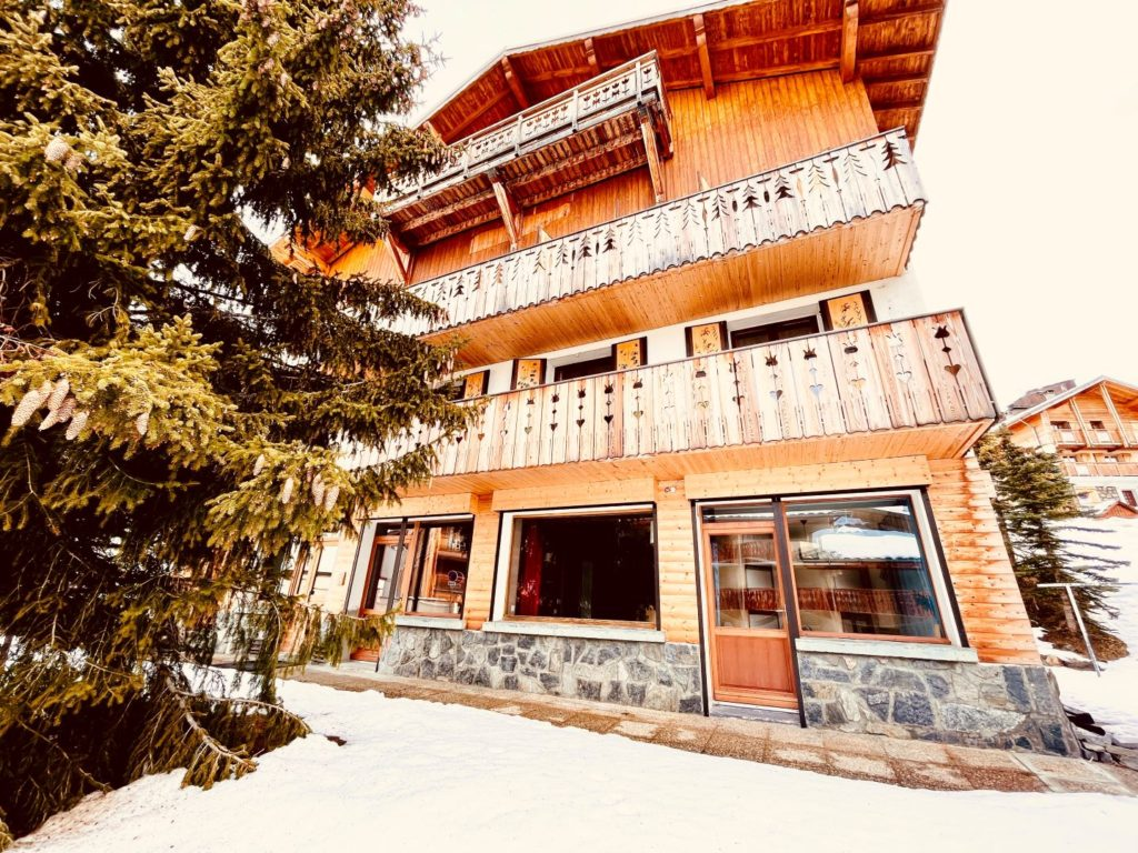 View from the Chalet at 110 chemin des bergers-38750 Alpe d'Huez - 1850 m overlooking l'ground floor and 1st floor apartment
