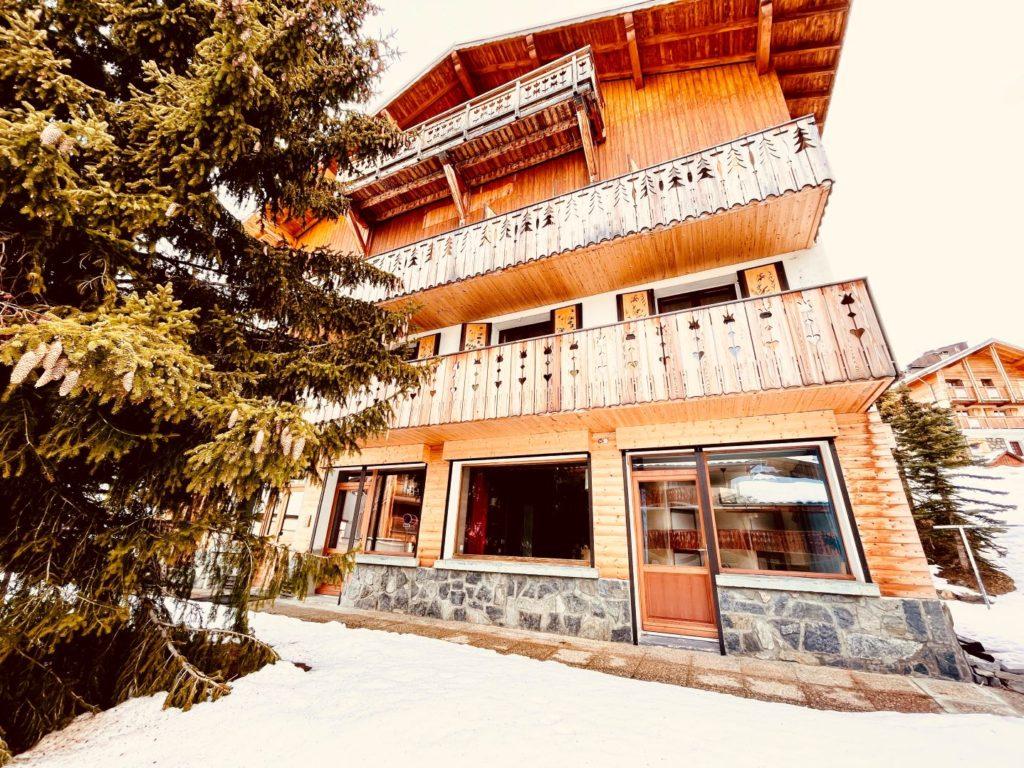 Vue du Chalet au 110 chemin des bergers -38750 Alpe d'Huez - 1850 m qui donne sur l'appartement du rez-de-chaussée et du 1er étage