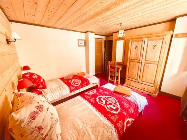 Room 2, with 2 beds 90 and a desk at l'Alpe apartment at l'Huez at the foot of the slopes