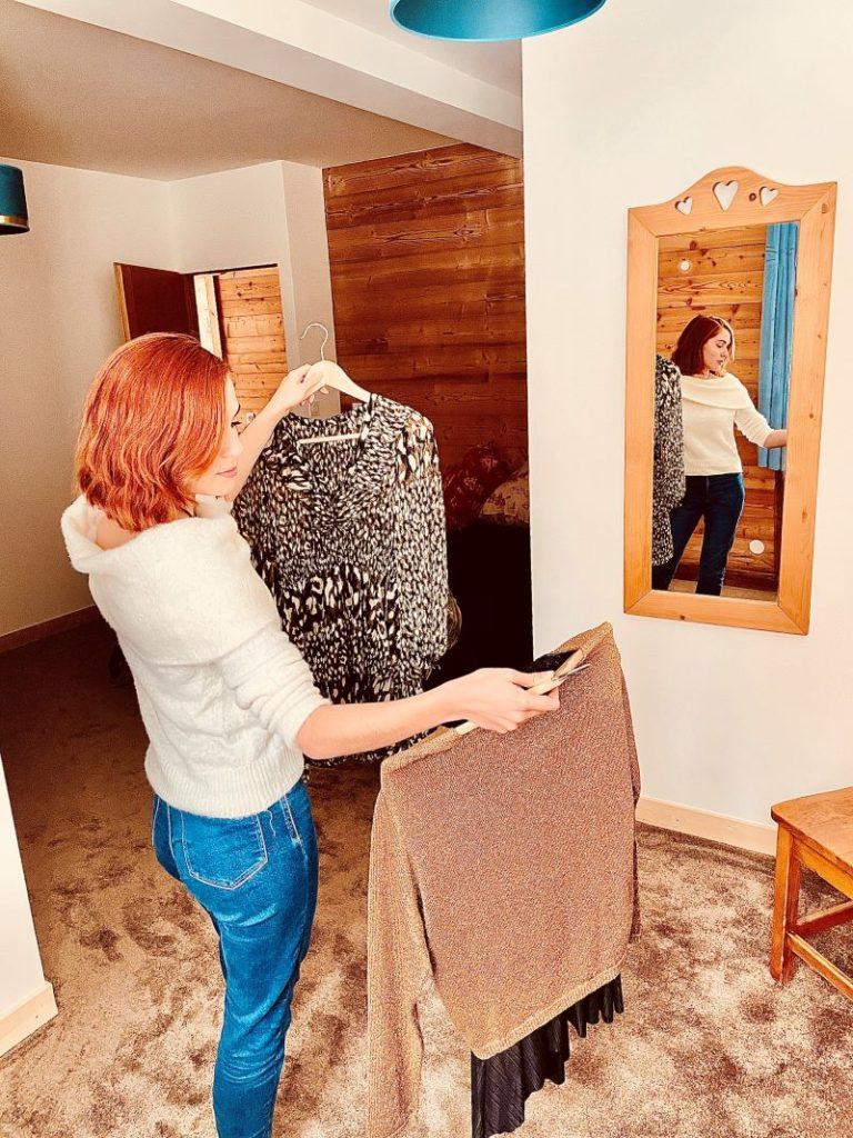 Marie wählte ihr Outfit in dem sehr schönen großen Zimmer 2 des l'Huez Appartements in l'Alpe d'Huez 1850 M im Zentrum des Ferienortes
