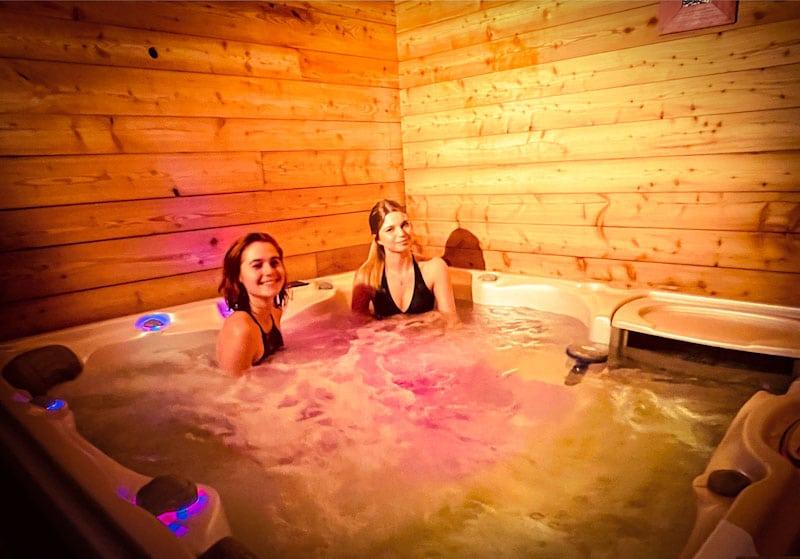 Ragazze Taveau famiglia profilo di l'area relax, jacuzzi di l'Alpe appartamento a l'Huez nel cuore del resort