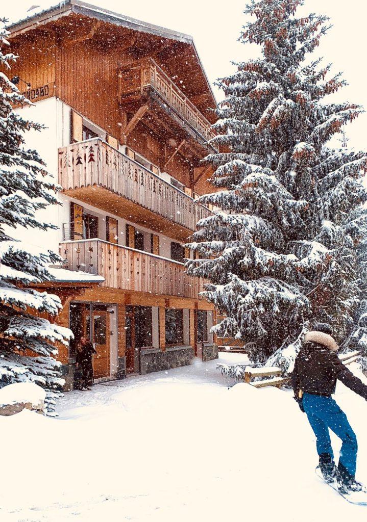 Axel Taveau che entra nello Chalet a 110 chemin des bergers -38750 Alpe d'Huez - 1850 m con vista su l'appartamento al piano terra e al 1° piano