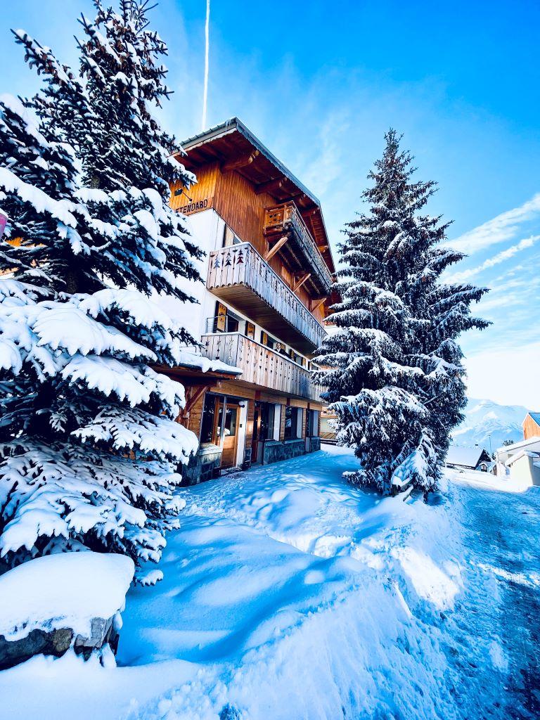 Sehr schöne Aussicht vom verschneiten und sonnigen Chalet in Alpe d'Huez - 1850 m, vor dem Parking du coulet