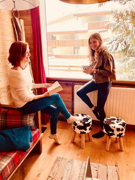 Les filles Taveau en vacances à la grande fenêtre du salon de l'appartement Huez à l'Alpe d'Huez 1850 M