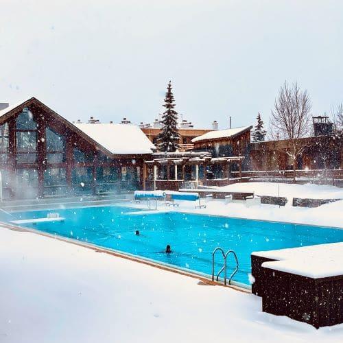 La piscina esterna riscaldata a 2 minuti dallo chalet Alpe a l'Alpe d'Huez