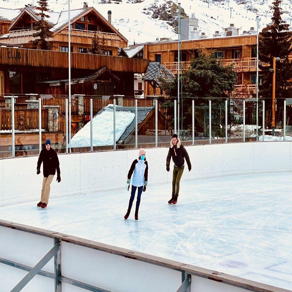 Pista de patinaje en l'Alpe d'Huez, junto a nuestro chalet en el corazón de la estación y al lado del ascensor del telecentro