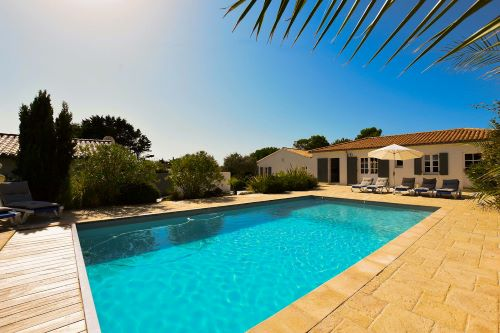 Heated swimming pool with electric shutter at the Grenette in Sainte Marie de Ré on l'Ïle de Ré close to the beach