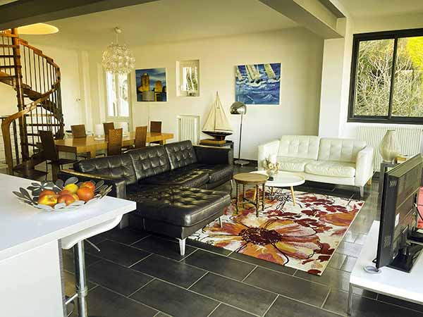 Wohnzimmer, Wohnzimmer, Esszimmer und offene Küche, die sich zu einem sehr großen Erker mit Meerblick öffnet, am Fuße der Halbinsel von Giens, am Fuße der Halbinsel.