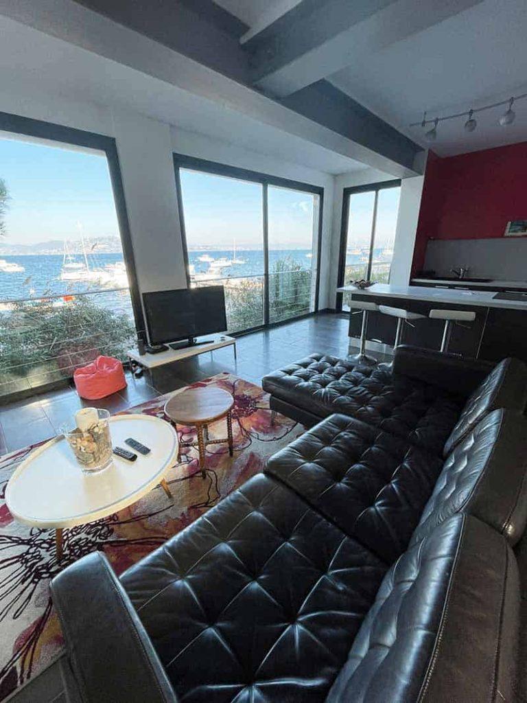 Sehr schönes Wohnzimmer mit Blick auf einen atemberaubenden Blick auf das Mittelmeer am Hafen von Madrague auf der Halbinsel von Giens.