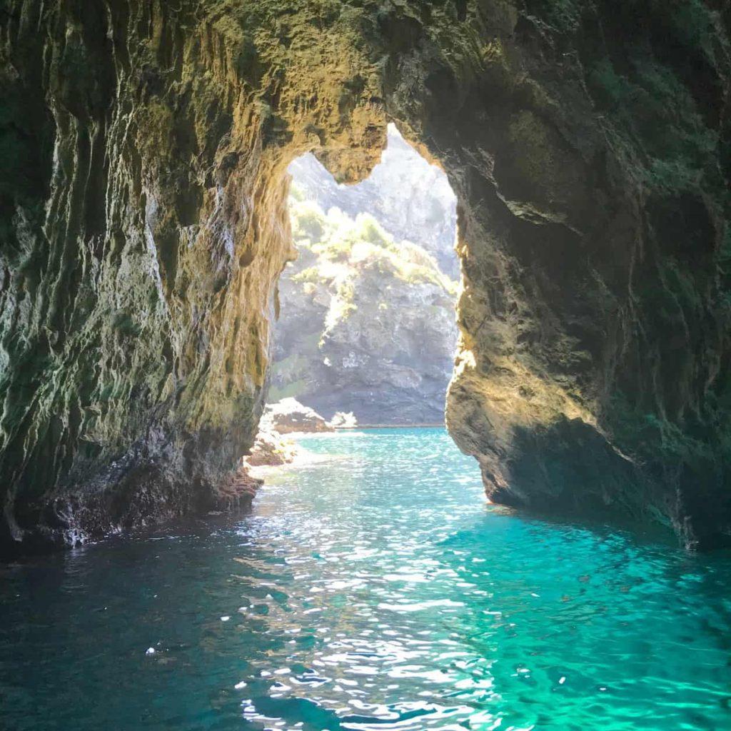 Les grottes des petites criques de la presqu'île de Giens