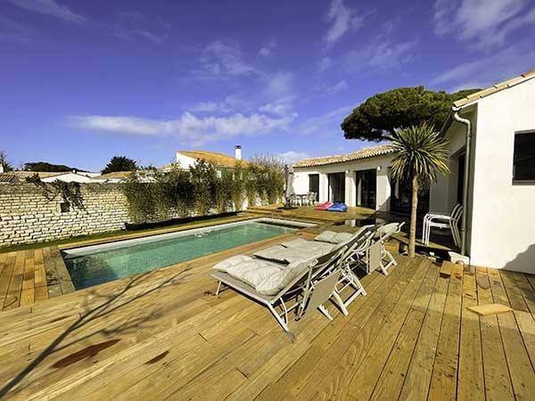 Très belle piscine exposée plein sud de la Villa Bois Plage au Bois Plage en Ré sur l'île de Ré