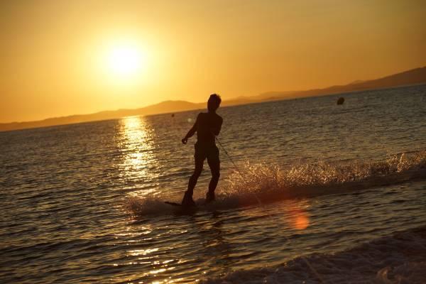 faire du wake sur la presqu'ile de giens devant la villa bord de mer