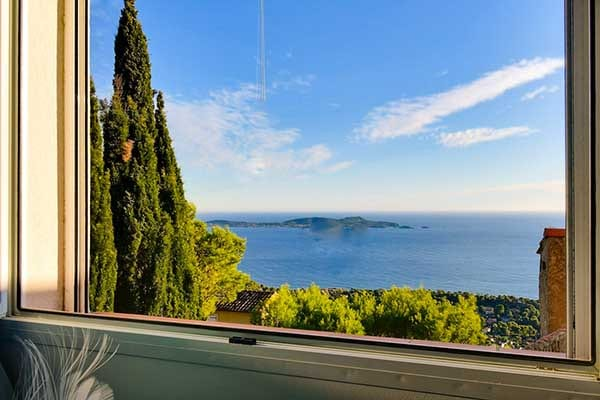 Sea view from room 2 with a bed 160 of the villa with a 180° sea view on the Hill la Californie in Carqueiranne
