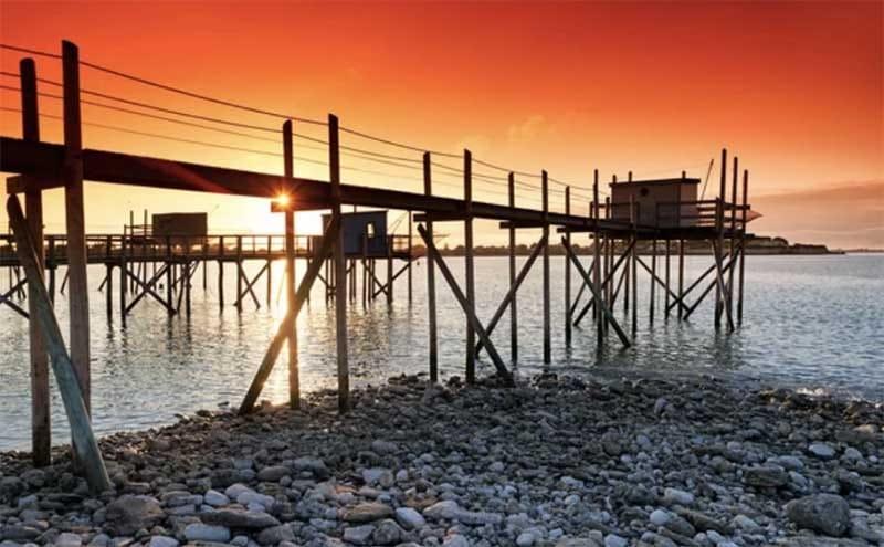 Carrelet couché du soleil devant la Villa Bord de Mer La Rochelle à Angoulins sur mer