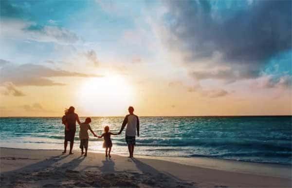 Famille se promenant sur la plage de Châtelallion-plage