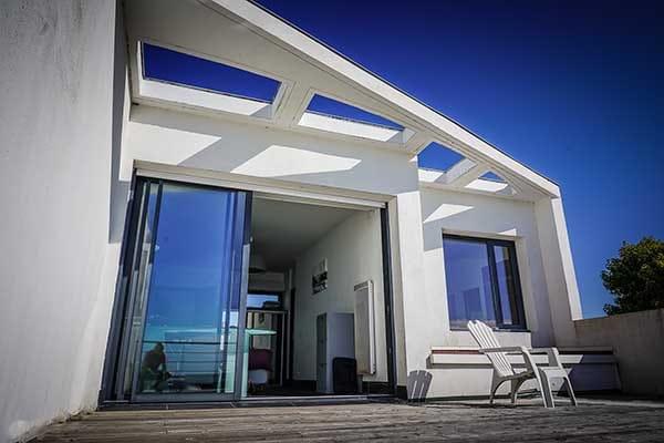 Terrasse de la suite parentale Terrasse avec planche -cuisine langoustine de la Villa Bord de Mer La Rochelle à Angoulins sur mer