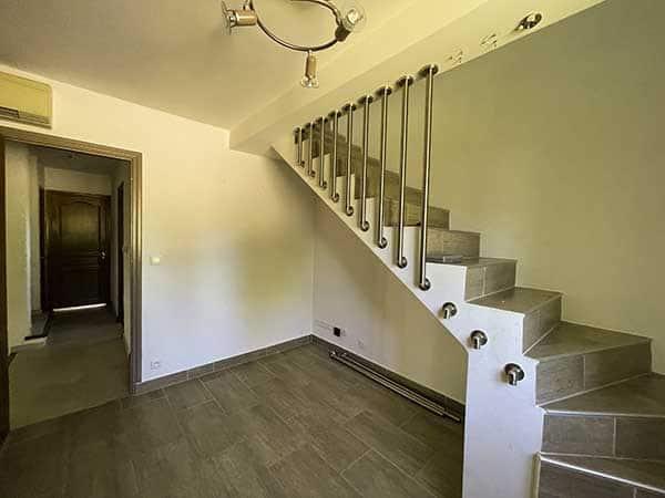 Espace bureau avant de monter à l'étage de la la villa vue mer 180° sur la Colline la Californie à Carqueiranne
