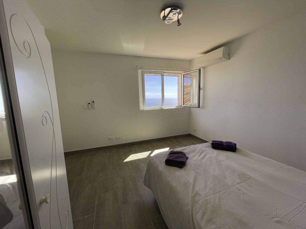 Chambre avec lit 140 vue mer et armoire de la la villa vue mer 180° sur la Colline la à Carqueiranne