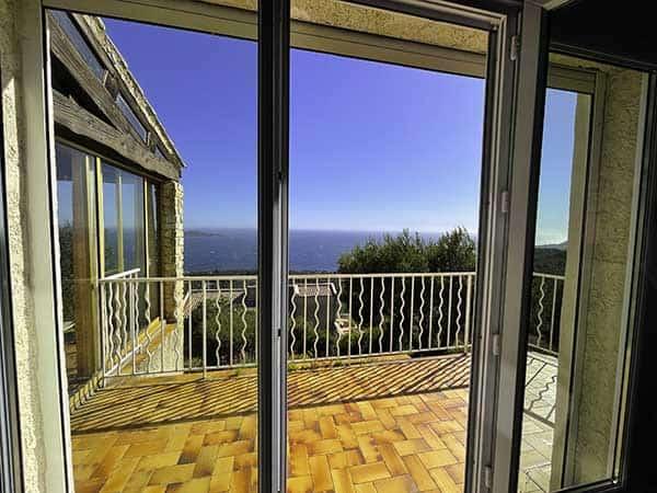 Magnifique vue du salon de la maison Villa vue mer en plein après midi, avec un temps très ensoleillé