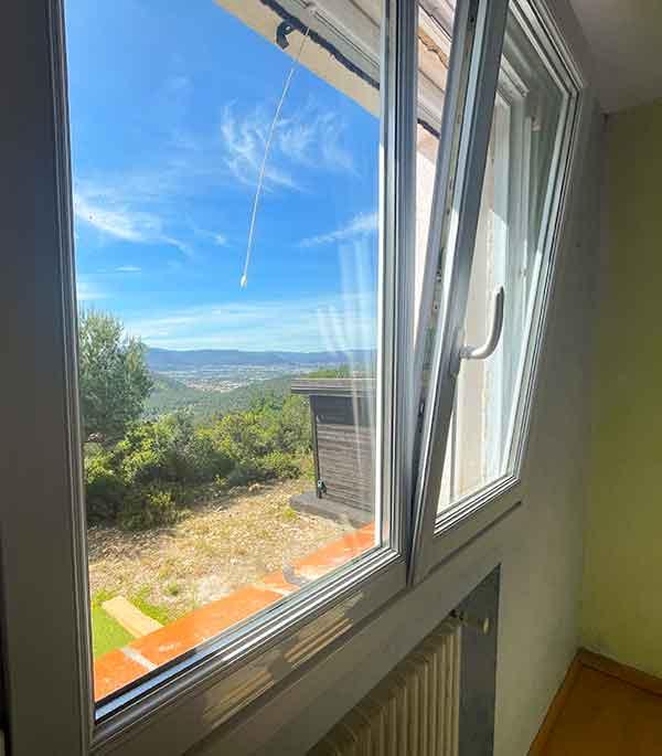 Chambre avec lit 160, vue sur la forêt et penderie de la la villa vue mer 180° sur la Colline la à Carqueiranne