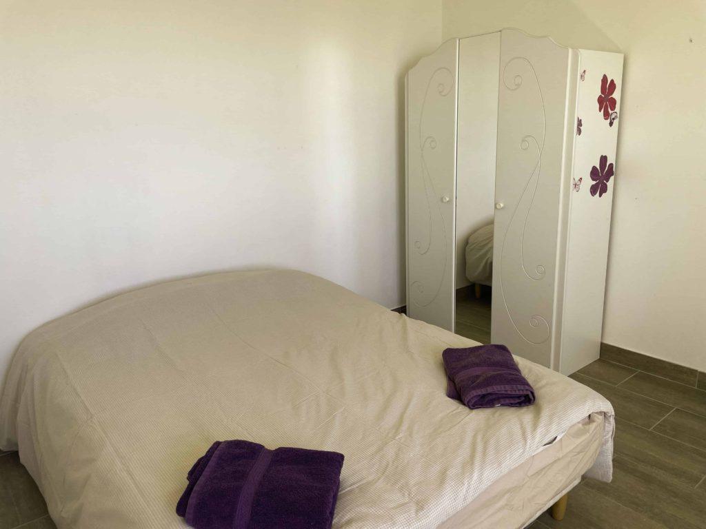 Chambre avec lit 140 et armoire de la la villa vue mer 180° sur la Colline la à Carqueiranne