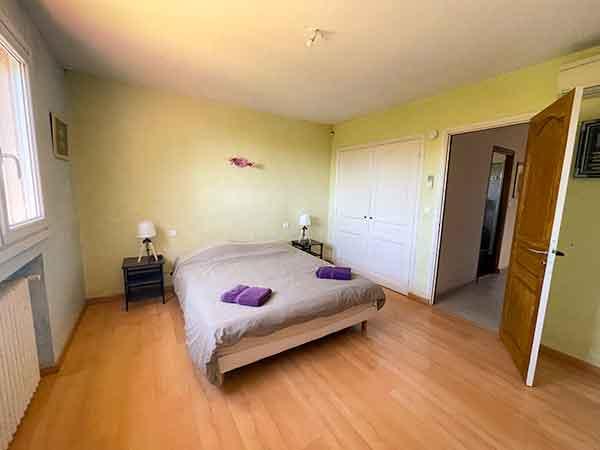 Chambre avec lit 160 et penderie de la la villa vue mer 180° sur la Colline la à Carqueiranne