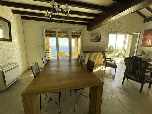 Salon de la villa vue mer 180°, très lumineux