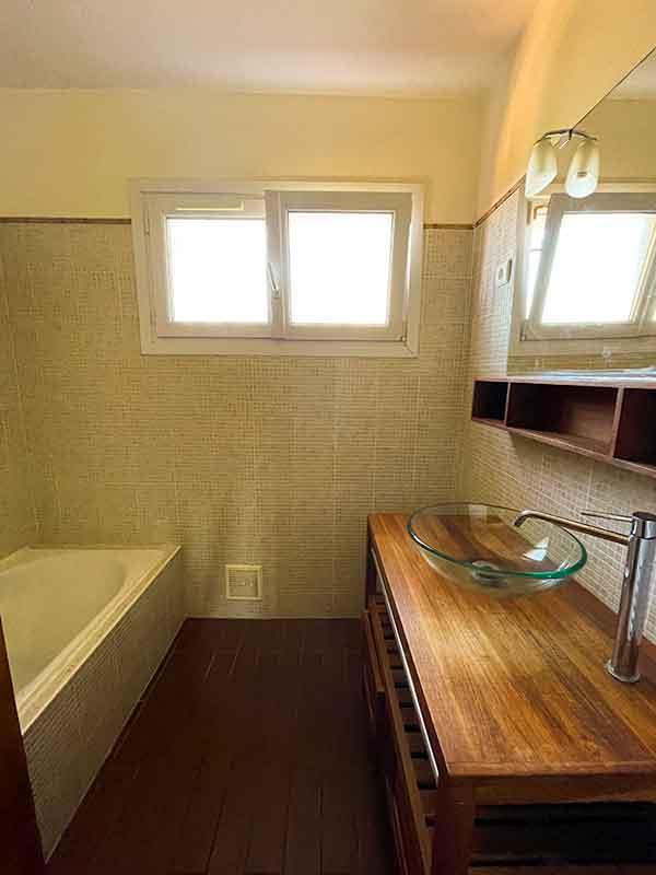 Salle de bain de la la villa vue mer 180° sur la Colline la à Carqueiranne