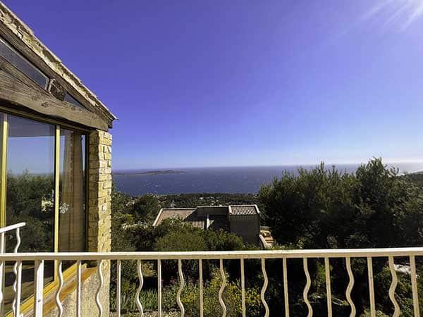 Magnifique vue du balcon de la maison Villa vue mer en plein après midi, avec un temps très ensoleillé