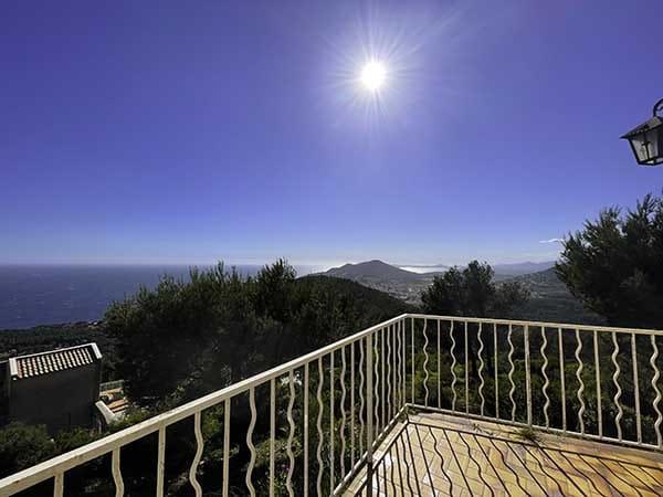 Magnifique vue de la maison Villa vue mer en plein après midi, avec un temps très ensoleillé