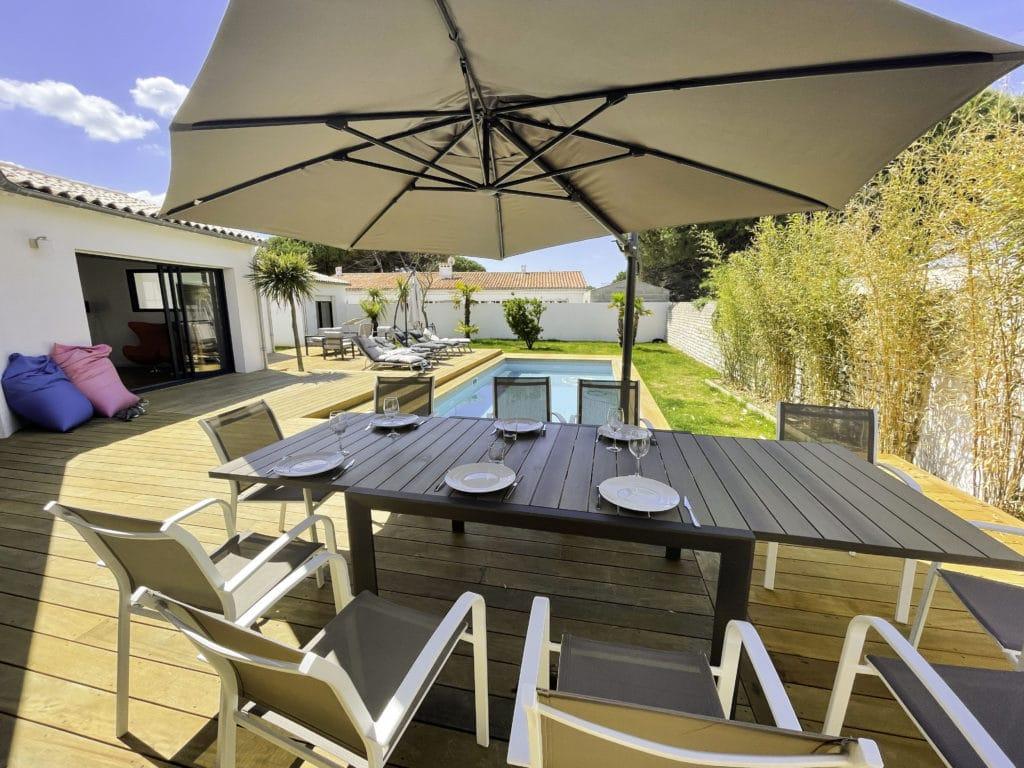 Mittagstisch im Freien mit sonnigem Pool