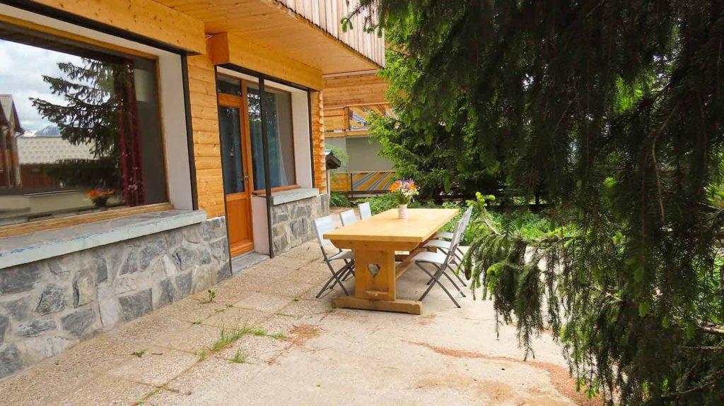 Außentisch für das sommerliche Mittagessen vor der Wohnung